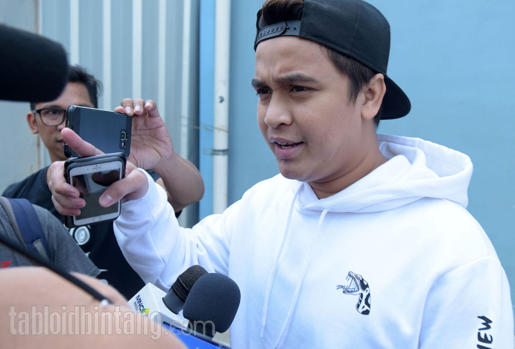 Billy Syahputra Tampil Santai Kenakan Sweater Warna Putih